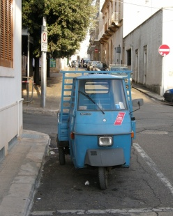 a vehicle that fits nicely in a parking spot in Southern Italy